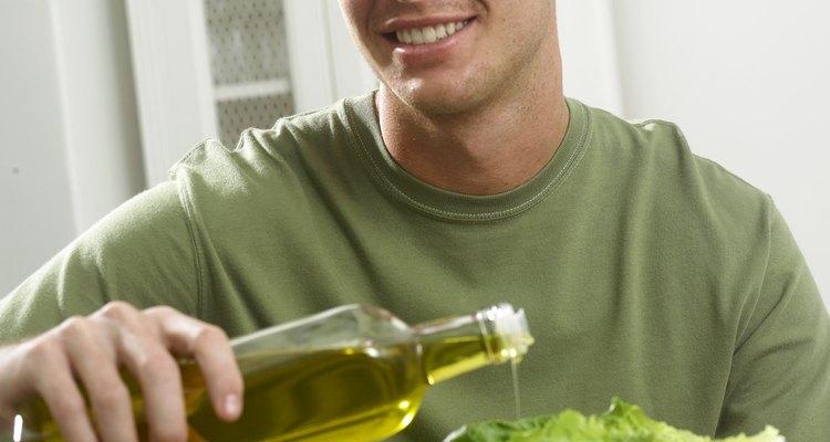Un aliño para ensalada puede ser tan simple como rociar con aceite de oliva.