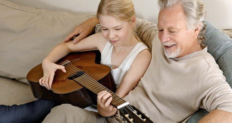 Los ancianos y los niños pueden compartir un interés como la música, el arte y la lectura.