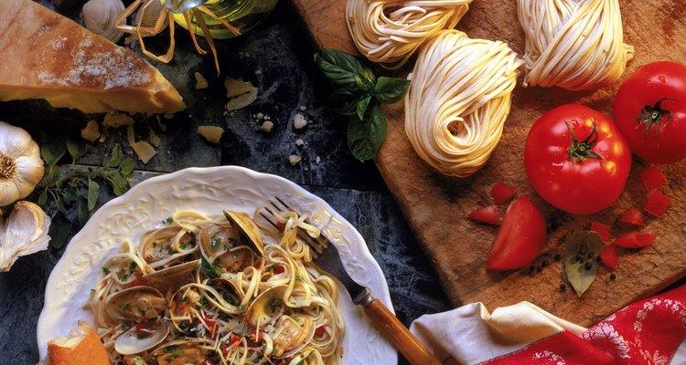 La pasta con aceite de oliva y ajo combina bien con vino blanco.