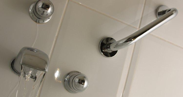 El agua caliente ayuda a disolver depósitos de jabón en la tubería.