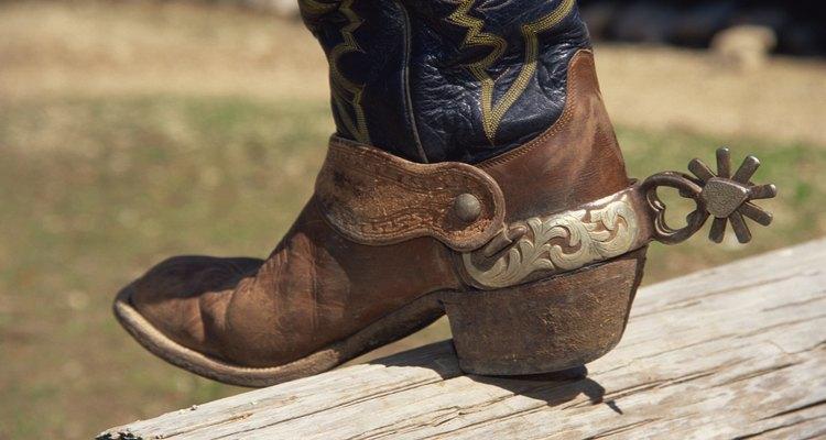 Las espuelas son accesorios estándar para los vaqueros.