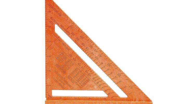 Em um triângulo retângulo isósceles, os ângulos internos são sempre de 90°, 45° e 45°