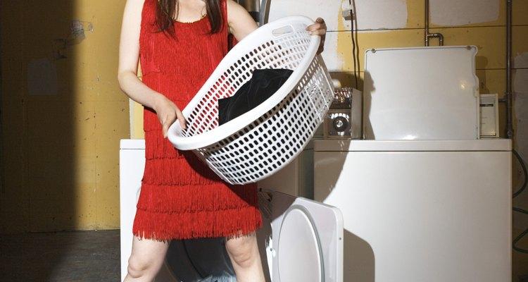 Estirar una blusa involucra lavarla primero.