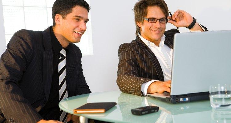Los consultores informáticos se ganan la vida ayudando a las empresas a mejorar sus sistemas y redes.