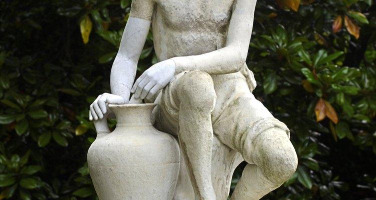 Estátuas em ambientes externos dão um ponto focal em um jardim