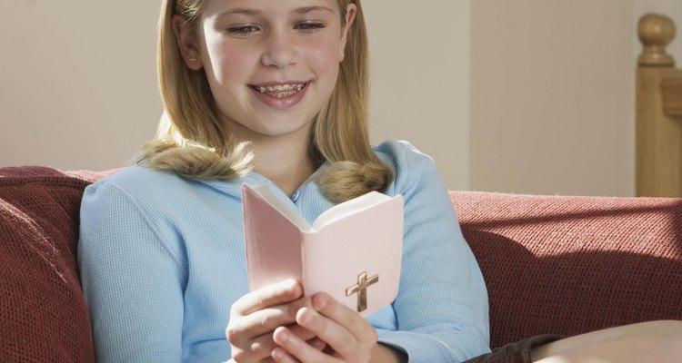 Tu hija adolescente va a apreciar un brazalete con algún tema católico ya que le puede agregar más símbolos con el tiempo.
