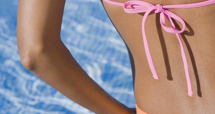 Haz tiras de bikini que combinen con tu atuendo.