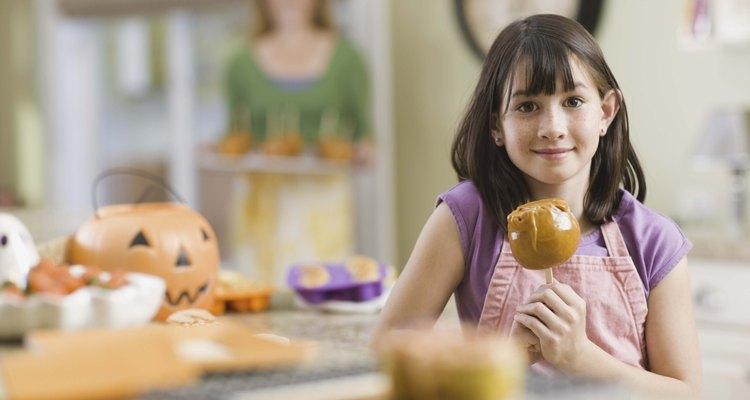El jarabe de caramelo espeso cubre las manzanas dulces y las palomitas de maíz.