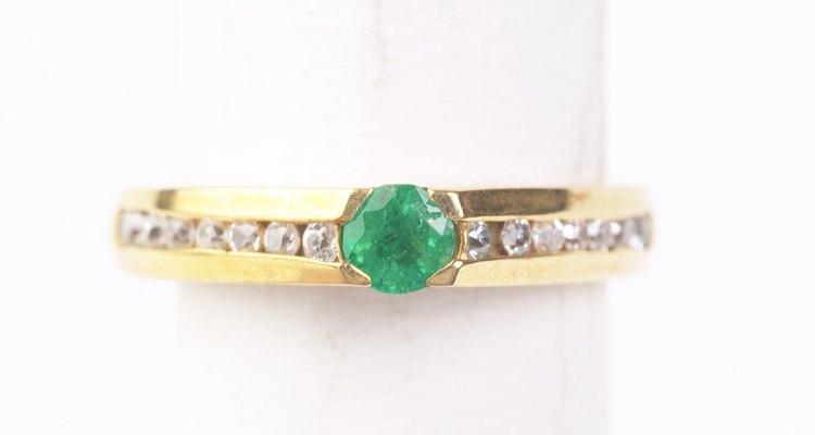 Uma esmeralda genuína tem um matiz característico de verde