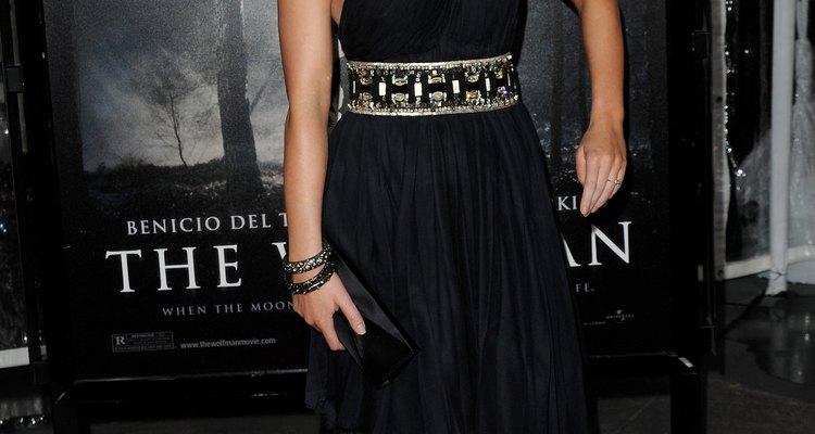 Emily Blunt lleva un vestido de un hombro, color azul marino de Kaufman Franco.
