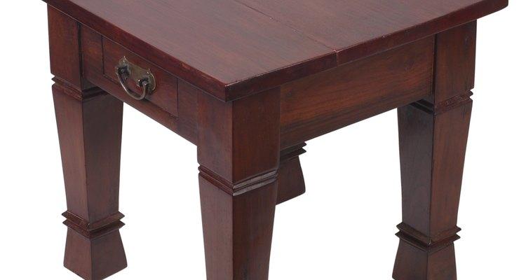 Manchas de álcool podem acabar com a aparência de mesas de madeira