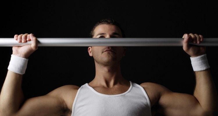 A barra fixa usa o movimento pronado das mãos além da direção dos ombros