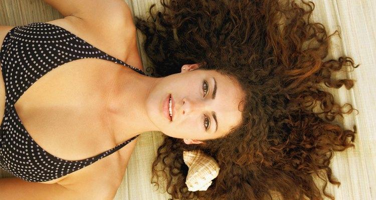 La vitamina E ayuda a fortalecer el pelo.