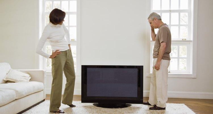 Una vez que montes tu televisor, usa un cable canal para ocultar los cables.