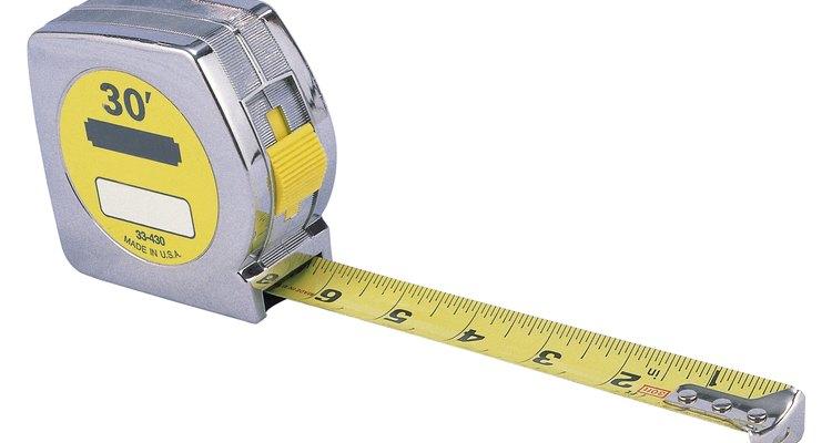Mide la longitud de tus repisas de vidrio, utilizando la cinta métrica.