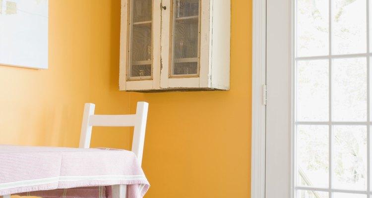 Si tienes conocimientos de carpintería, puedes hacer tú mismo una pared interior con puerta.