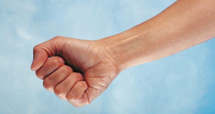 Estire os dedos uma vez mais e feche o punho completo com os dedos incruvados dentro da palma.