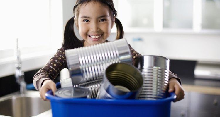 Ofrécele actividades manuales a los niños al enseñarles sobre recursos renovables.