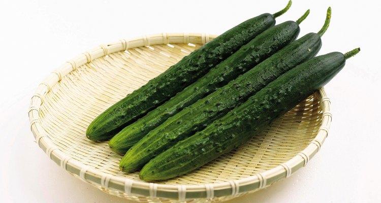 El pepino es un vegetal muy beneficioso para la piel, ayudando en su tratamiento. Este vegetal también es conocido por sus propiedades cosméticas, muy utilizado para mascarillas y para combatir las espinillas.