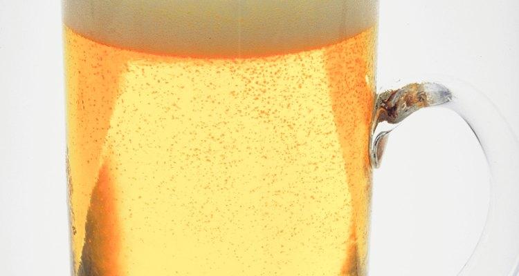 En el jardín, la cerveza puede ser usada para matar babosas, pero no hace mucho más.