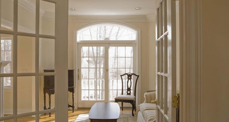 Limitar el desorden y el exceso de accesorios es una manera de hacer que una habitación parezca más grande.