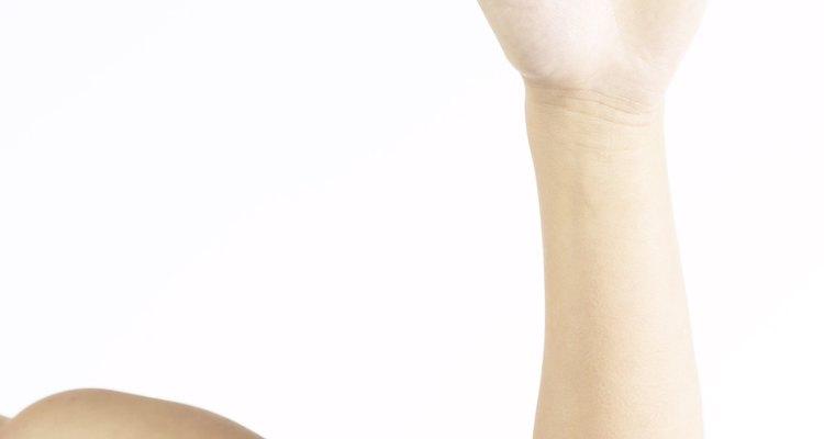 La tendinitis en los brazos es una inflamación de los tendones, el tejido fibroso que une los músculos a los huesos, en el codo, la muñeca o el hombro.