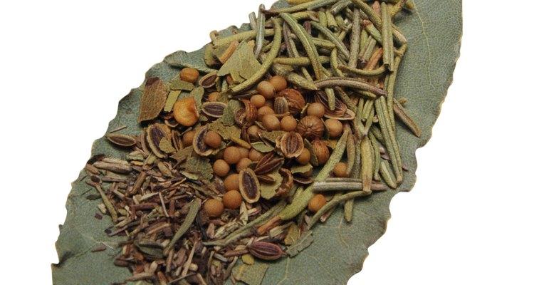 Utiliza las hojas frescas y picadas para condimentar alimentos.