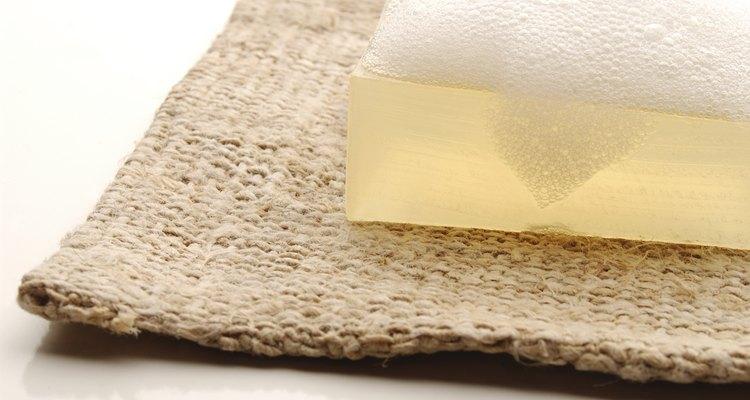 Use um sabão neutro e um pano úmido para a limpeza da Bíblia
