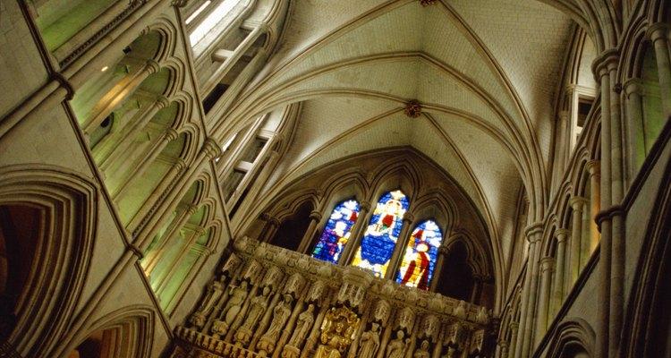 Un techo de catedral abovedado.