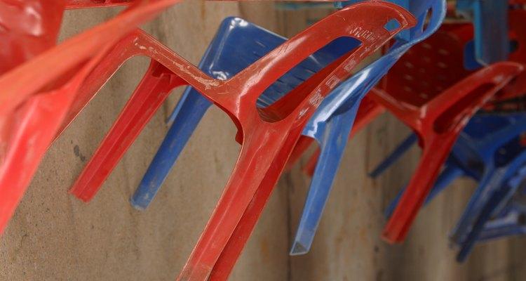 Pinta toda la silla con pintura en aerosol o brocha en la pintura.
