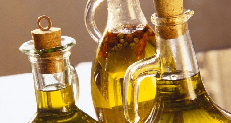 Para dissolver óleo vegetal, é necessário utilizar agentes emulsificantes e surfactantes