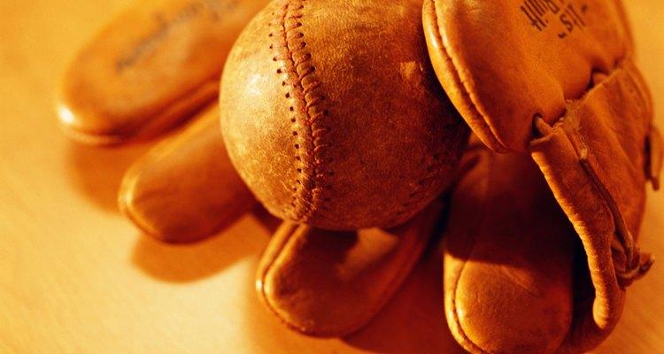 Amaciar o couro e criar um bolso são os objetivos que podem ser alcançados ao se amaciar uma luva