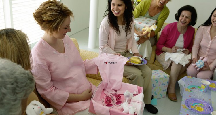 Los regalos de un babyshower incluyen tarjetas que se pueden convertir en recuerdos preciados.