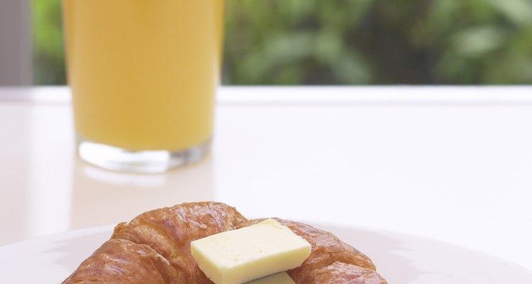 El jugo de naranja puede causar dolor estomacal sólo si sufres de una condición gástrica.