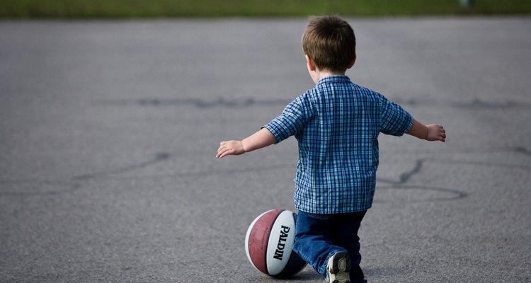 As regras do basquete para crianças devem ser mantidas simples e básicas