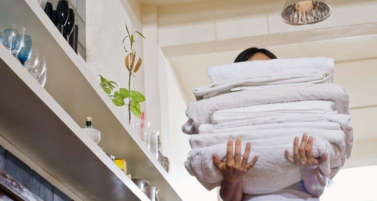 Los desengrasantes mejoran el detergente para limpiar mejor la ropa.