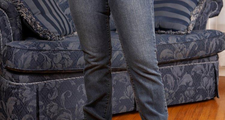 Reduce las piernas de tus pantalones tomando por la costura interior.