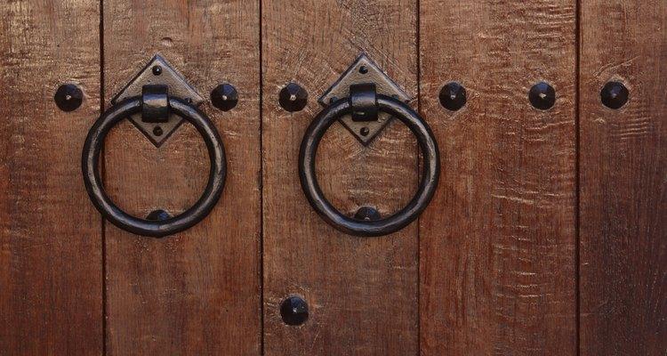 Dale un nuevo acabado a tu antigua puerta de madera y renueva la apariencia de tu hogar.