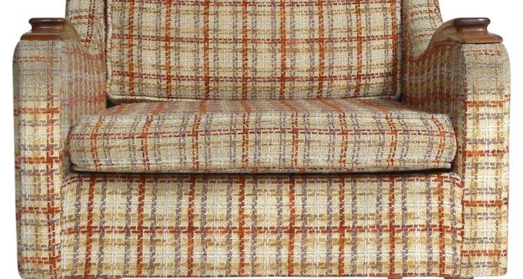 Renovar el tapizado de una silla, con una tela nueva, puede darle un aspecto fresco y limpio.