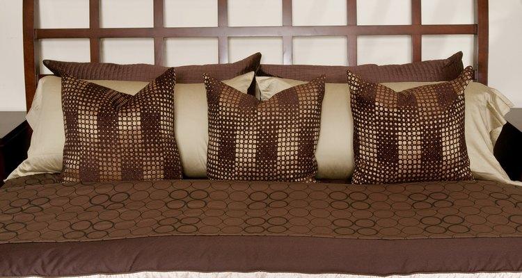 Montar la cabecera a la pared te permite situar la cama al ras y aprovechar el espacio.