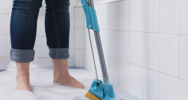 Remova manchas de mofo e bolor de seu banheiro