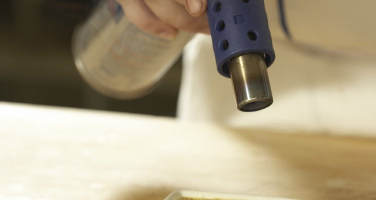 Cuando uses un soplete de butano, debes usar un escudo contra el calor entre el objeto calentado y la superficie en la que se encuentra.