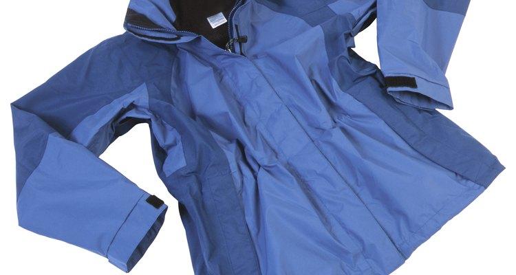 Las chaquetas de nailon son prendas versátiles que valen la pena reparar.