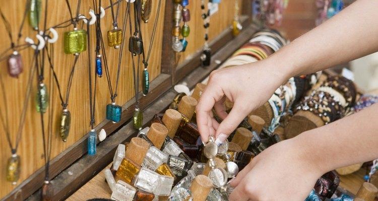 Pendure joias na madeira com um buraco de fechadura