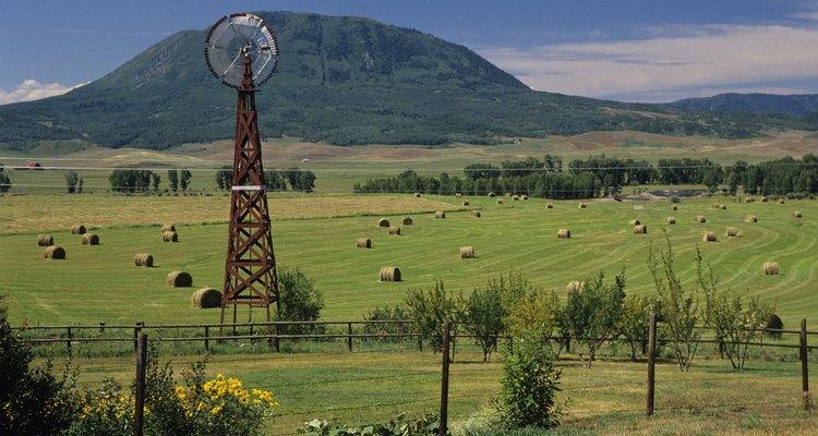 Un molino de viento estadounidense en una granja en Colorado.