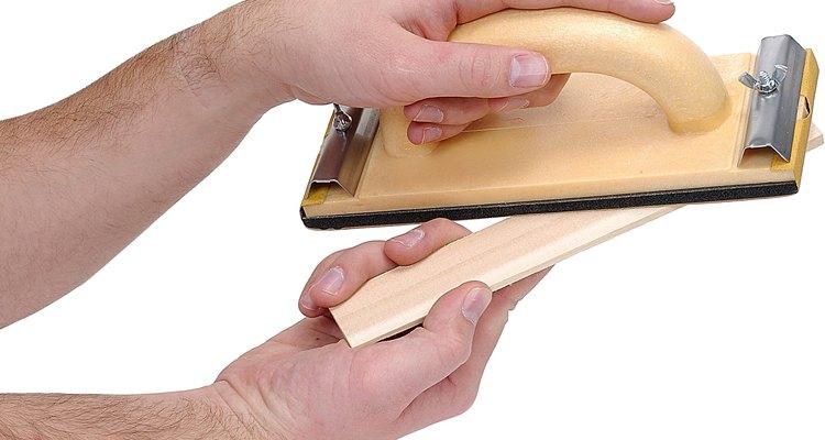 Lija la madera a mano con lija de grano 120.