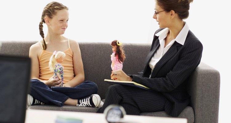Los trabajadores sociales convierten la teoría a la práctica con sus clientes.