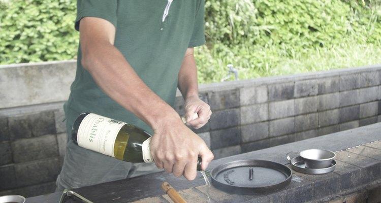 El vino blanco es un sustituto que puede ser utilizado para reemplazar el brandy en la cocina.