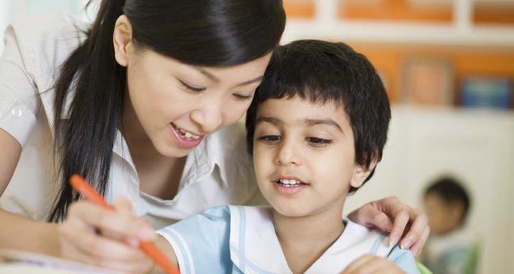 Cuidadora infantil ajudando uma criança com deficiência
