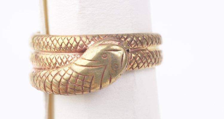 Al elegir un anillo de serpiente como su anillo de compromiso, la reina Victoria hizo que este estilo fuera muy popular.